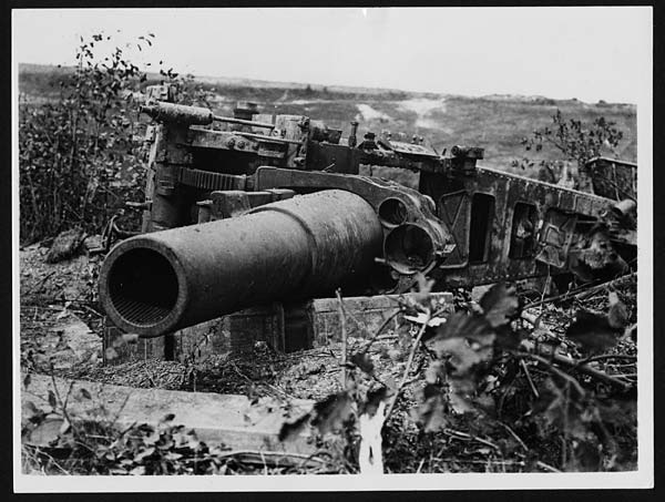 (411) D.3127 - Huge gun captured by us at Moislaine and which the Germans had overturned in their hurry to get it back over rough ground
